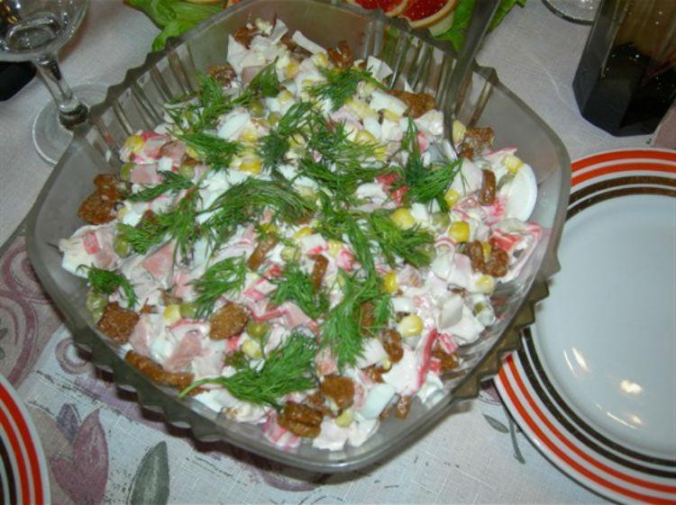 Салат с крабовыми палочками, помидорами и сухариками
