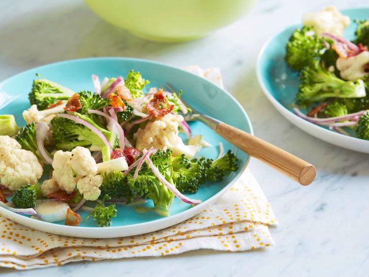 капуста брокколи с овощами на сковороде