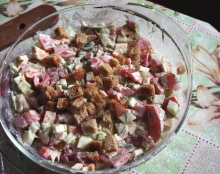 салат фасоль с сухариками рецепт с колбасой