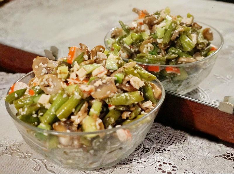 Смотреть Салат из крабовых палочек с кукурузой и сыром видео